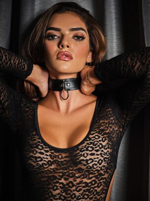 Bondage choker with ring detail
